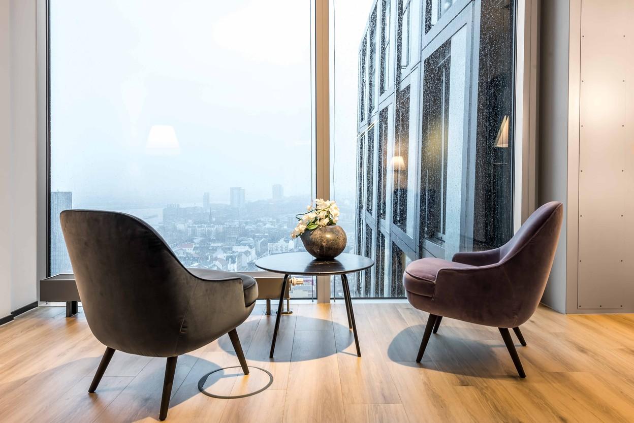 SDA Aussicht Tanzende Türme mit Sessel von Walter Knoll - 375