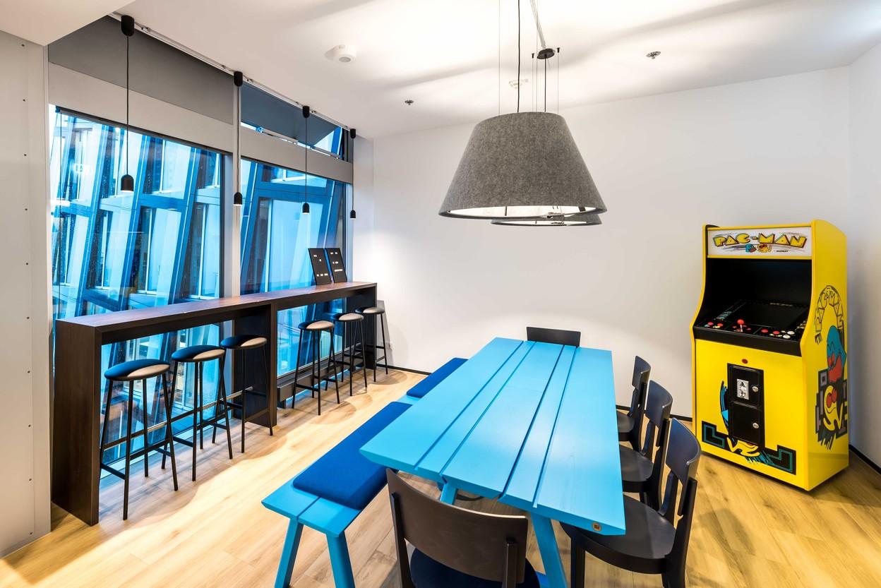 SDA Küche mit Tisch und Bank von Buzzi Space