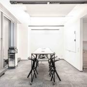 SDA Kreativraum mit Hochtischen von System 180 und Hocker von Plank