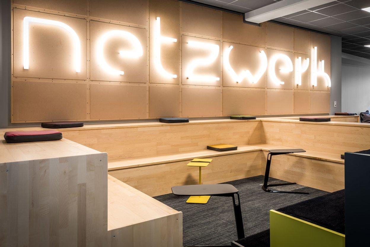 Comdirect Campus-Cafe Sitztreppe Sonderanfertigung und Leuchtschrift Aplhabet Of Light von Artemide
