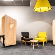 Comdirect Work-Cafe Zone zum Sitzen mit Lounge-Sesseln im Corporate Design