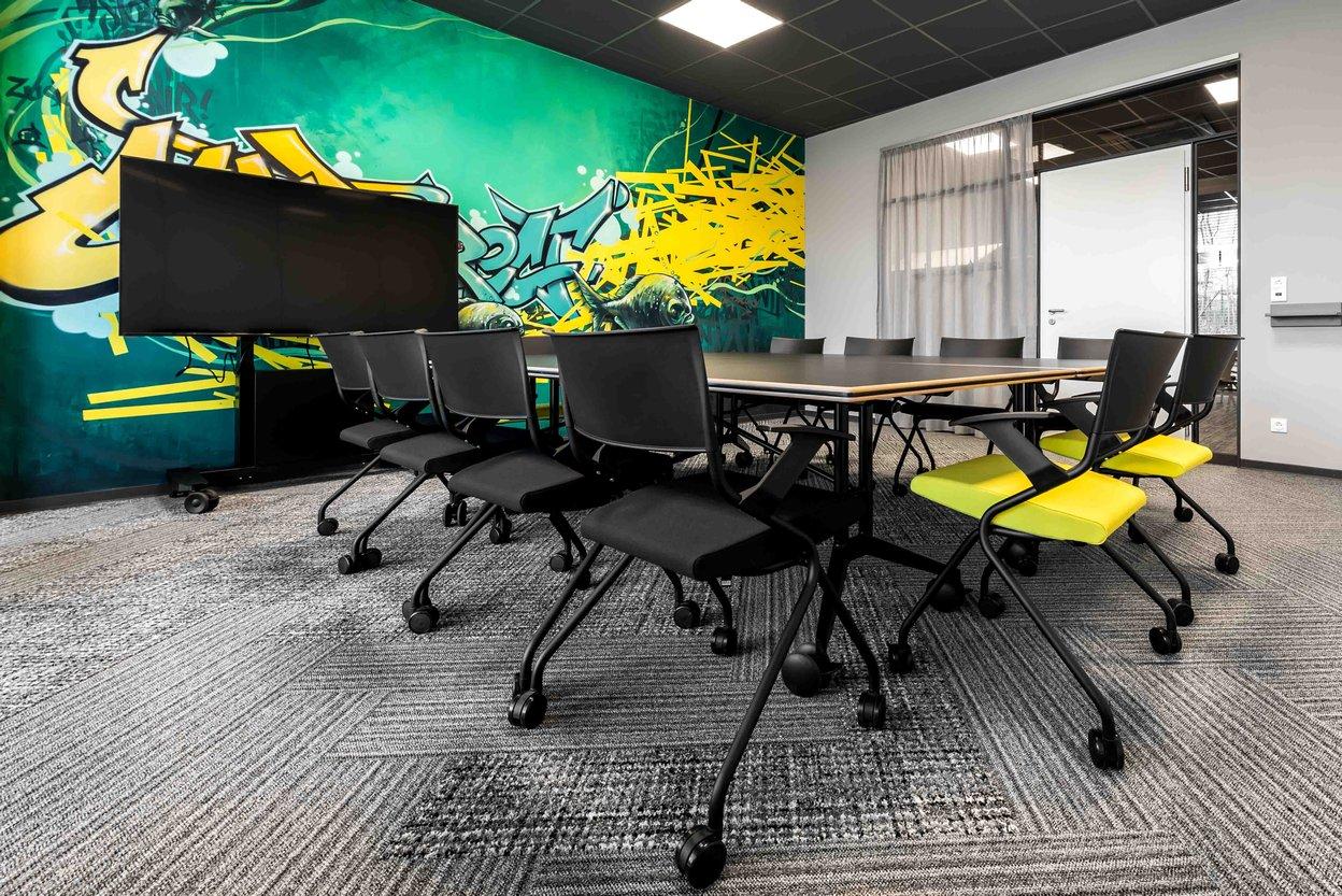 Comdirect Besprechungsraum mit Konferenztisch auf Rollen