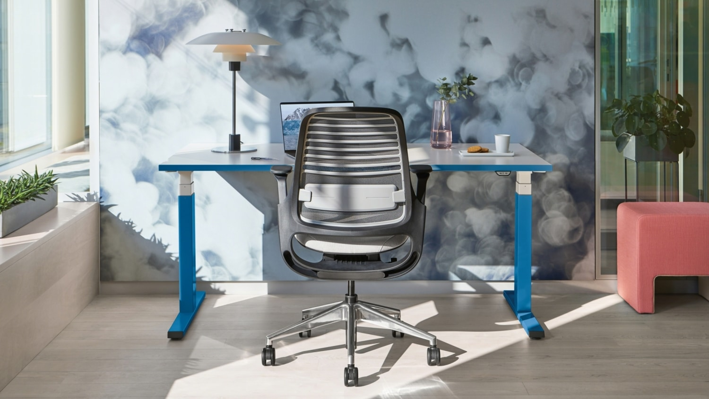 Homeoffice Beispiel Steelcase Höhenverstellbarer Schreibtisch und Bürostuhl