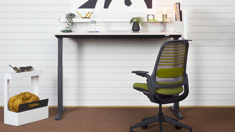Homeoffice Beispiel Höhenverstellbarer Schreibtisch und Bürostuhl von Steelcase