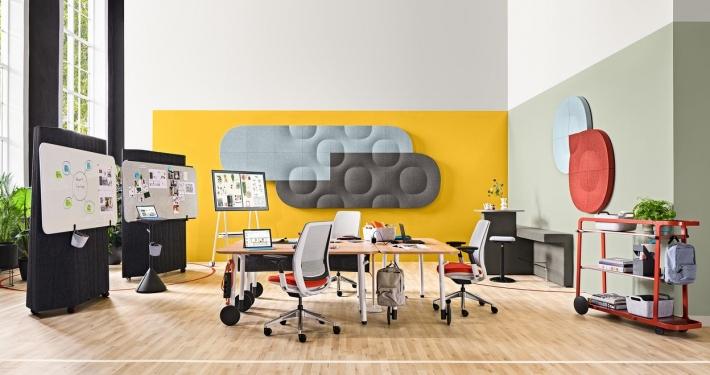 Modernes Büro mit flexiblen Elementen von Steelcase