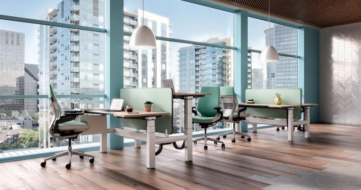 Steelcase moderne Arbeitswelt mit Bench-Schreibtischen und Gesture Bürostuhl